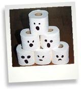 6 Rollen Toilettenpapier (ohne Aufdruck) etwas schwarzes Tonpapier 1 Kürbis, klein bis mittelgroß und nicht zu schwer 1 Apfelausstecher