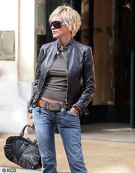 自信に満ち溢れたファッションが素敵。40代ファッションのアイデア