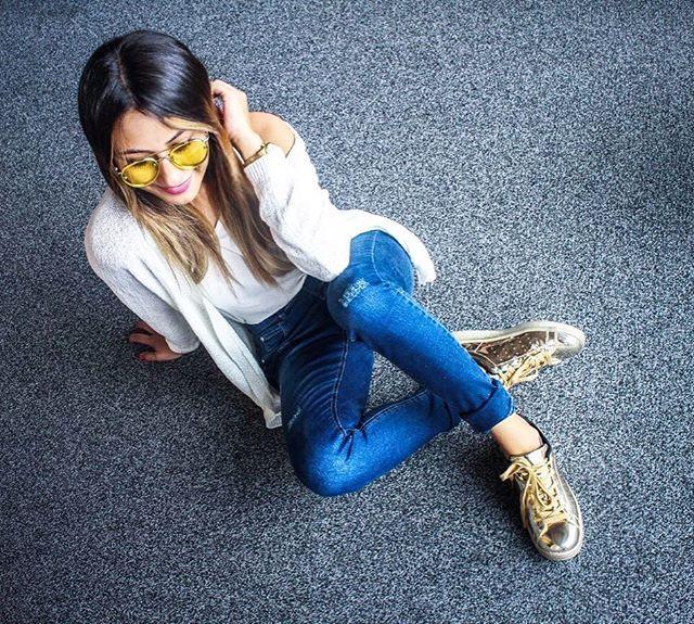 |Adios tacones, hola tenis, llegó el Viernes| . Jeans + sweater + básica + tenis dorados by @geffrance #viveenvivo