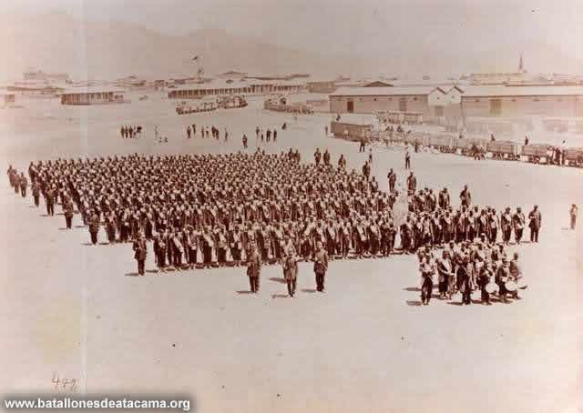 Fotografías Históricas de La Guerra del Pacifico 1879 _ 1884 Batallón de infantería de Guardias Nacionales Coquimbo, con su comandante, coronel Alejandro Gorostiaga, en el campamento de Antofagasta (1879).