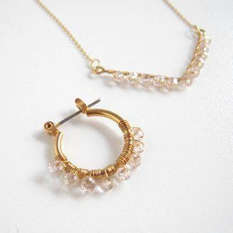 小さなビーズや天然石をワイヤーで巻き付ければ、簡単に繊細なピアスやイヤリングが作れます。...