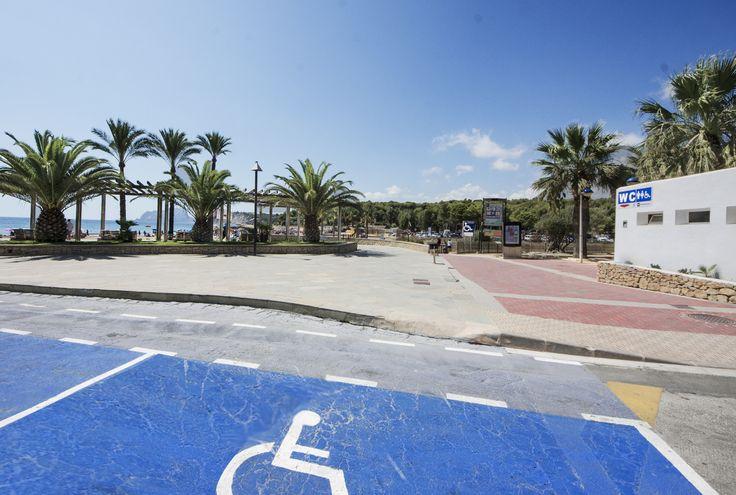 #Aanpassingen bij het strand l´Ampolla in #Moraira aan de #CostaBlanca. Je vindt er 10 #parkeerplaatsen voor #nvaliden en een aangepaste toilet bij het w.c. huisje. In de zomer wordt het strand van vlonders voorzien zodat je tot aan de branding kunt rijden.
