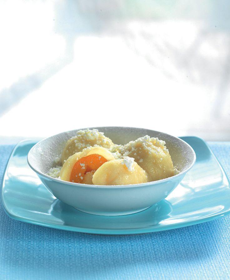 Tvarohové knedlíky s čerstvým ovocem. Děláme je z pořádného farmářského tvarohu, z čerstvého pevného ovoce a sypeme strouhaným tvarohem a máslem. Děláme je v páře.