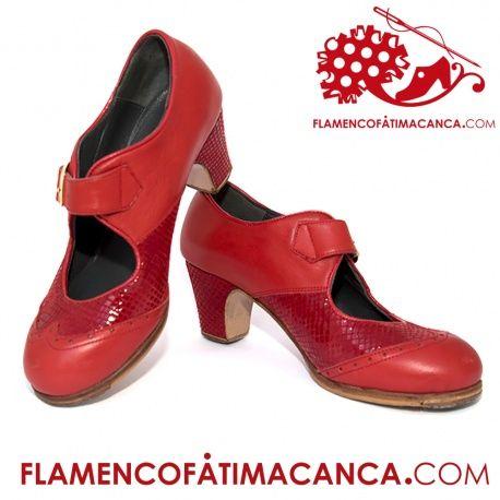 Modelo Combinado Hebilla Calzado flamenco de línea nueva cuyo diseño es abotinado y correa ancha. Pieles y forros de 1º calidad. Suela doble de cuero cosida. Doble cantidad de clavos en puntera y tacón puesto uno a uno con pulido final. Refuerzos en puntera y talón. Filis antideslizantes. Fabricado artesanalmente por profesional del calzado. El proceso de fabricación de los zapatos es de unos 15/20 días.