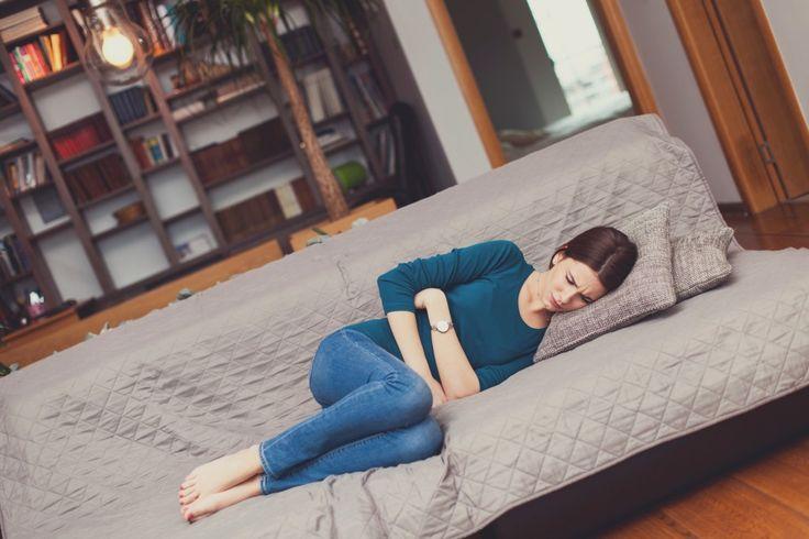 Stechende Schmerzen im Oberbauch sind ein typisches Anzeichen bei einer Magenschleimhautentzündung. Wir klären auf, was Sie jetzt essen und wovon Sie lieber die Finger lassen sollten.