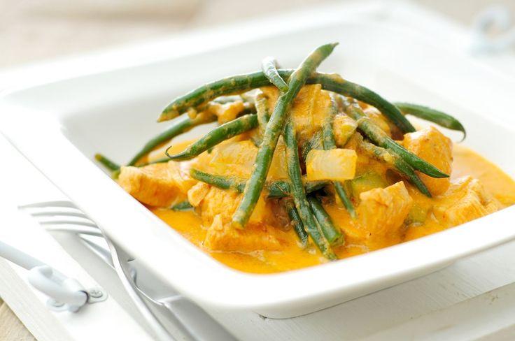 We vinden het altijd jammer als de pan leeg is. Wat is dit lekker! Curry van kip met veel groenten, het is nog gezond ook! De heerlijke combinatie van de kruidenpasta met kokosmelk zorgt voor een bijzondere smaak.