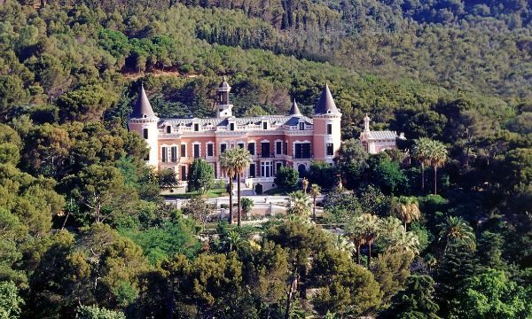 The Palau de les Heures is an 1895 palace reminiscent of a French chateau, which is set in particularly lovely gardens on the Collserola slopes in the Montbau neighbourhood.