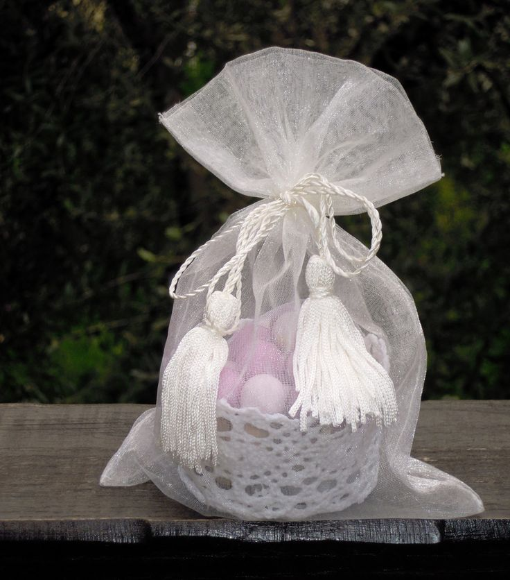 Confettata coaster crochet starched Mathilde M.  Contains 50 g. beads sugared almonds assorted fruit, packed in organza bag and tassels.