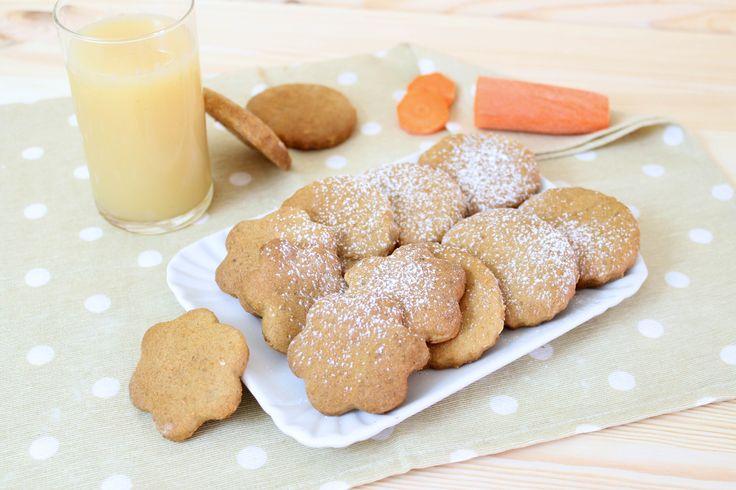 I biscotti con le carote sono dei biscotti molto golosi realizzati con una semplice pasta frolla, senza latticini e senza uova!