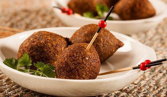Kipes dominicanos♢ Kipes Ingredientes: Para la masa: 1 Lb. de trigo #1 (Buscar el de la marca Goya) 1 Lb. de cebolla roja picada 1 ½ Lbs. de carne de res molida 1 Cdta. de malagueta molida ½ Taza de hojas de hierba buena 2 Cdas. de perejil, picadito sal y pimienta Para el relleno: 3 Cdas. de aceite 1 Lb. de carne de res molida 2 Dientes de ajo, majados 1 Taza de cebolla, picadita 1/8 Cdta. de canela en polvo 1/8 Cdta. de nuez-moscada Sal, pimienta Pasas Preparación: Para el relleno: en el…