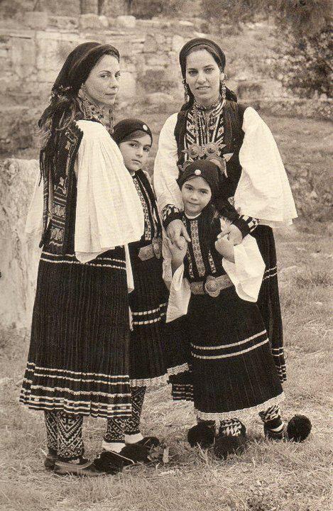 ΣΑΡΑΚΑΤΣΑΝΕΣ ΗΠΕΙΡΟΥ Oι φωτογραφίες είναι από το λεύκωμα που κυκλοφόρησε το 2004 η Καλλιόπη με τίτλο »Παραδοσιακές Φορεσιές». Τα »μοντέλα» είχαν ντυθεί με παραδοσιακές φορεσιές απ' όλη τη χώρα. Οι περισσότερες είναι … μουσειακά κομμάτια από την πολιτιστική κληρονομιά του Λυκείου των Ελληνίδων.