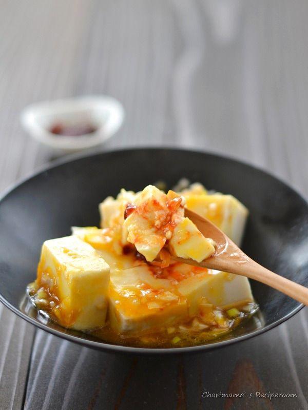 お豆腐ユッケ  材料(2人分)  絹豆腐  1/2丁(200g)  卵黄  1個  長ねぎ、コチュジャン  各適量  A)にんにく(すりおろし)  1/2片分  A)オイスターソース  小さじ1  A)ごま油  小さじ1  A)砂糖  小さじ1/4  A)塩  小さじ1/4