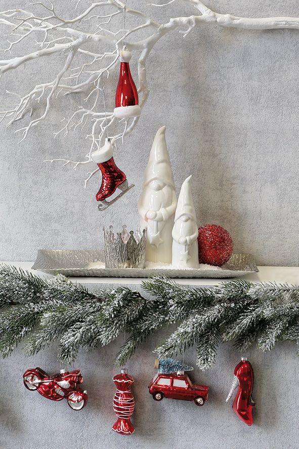 weihnachtliche Dekoration in weiß rot