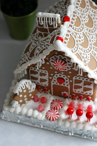 Pretty roof icing: Holiday, Roof Design, House Decoration, House Ideas, Christmas Gingerbread House, Things Gingerbread, Gingerbread Houses