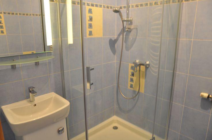 Komfortowa łazienka z prysnzicem kabinowym http://www.rainbowapartments.pl/pokoj-niebieski/