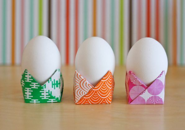 Para deixar a sua mesa com visual muito mais interessante você pode fazer forminhas de papel, que podem acomodar desde ovos de galinha comuns, até objeto