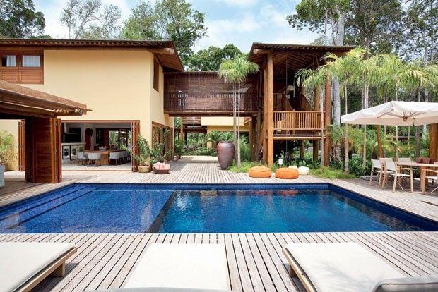 Um novo bangalô, exclusivo para hóspedes. A morada adicional pode abrigar 14 pessoas em sete quartos. Os proprietários recebem convidados com frequência e em grande número.