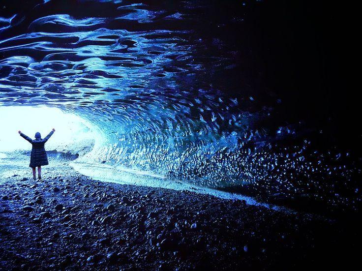 #ISLANDA: Crystal Cave: l'incantevole grotta di cristallo blu situata nel parco nazionale di Skaftafell / seguici su www.cocoontravel.uk #Heavenly #Places