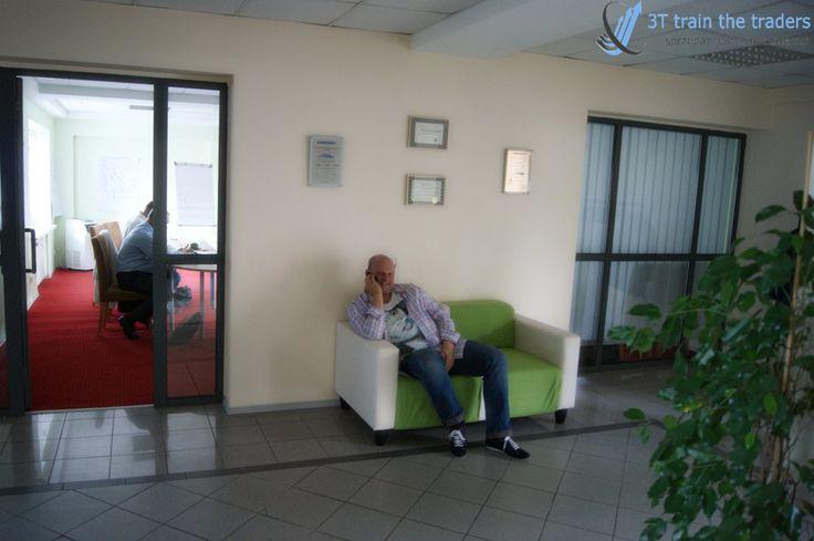 Rozmowy telefoniczne na wygodnej kanapie :) Tak sie można szkolić :)