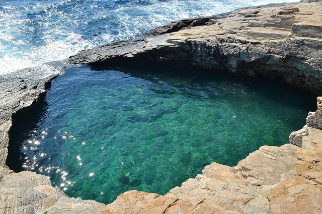 Giola – Grécia  Essa piscina incrível fica na Ilha de Thassos, localizada próxima à costa da Macedônia. A lagoa é esculpida em rochas e abriga a água cristalina que vem diretamente do mar Egeu