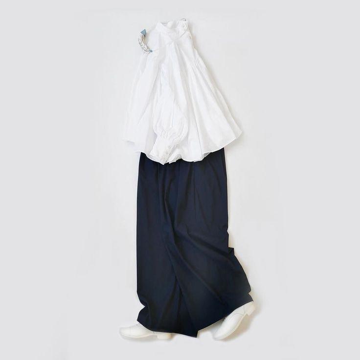 白と紺は古くから藍染めなどに慣れ親しんでいるためか日本では白黒よりも日常着として受け入れられていると思いますどちらも同じようなトーンなのですがイメージは全く異なるところが面白かったりします きょうは先日ご紹介した袖コンシャスなブラウスの白をスカンツで合わせたもの胸元と背中に施されたギャザーとパフデザインを施した遊び心のあるデザインきちんと感もしっかり出してますのでシンプルなコーデでも印象に残る強さがあります 今回はスカンツでロマンティックムードを高めたコーデにしていますがチノパンを合わせてみたりとボトム次第でモードからカジュアルまで幅広くアレンジできる優秀な枚です