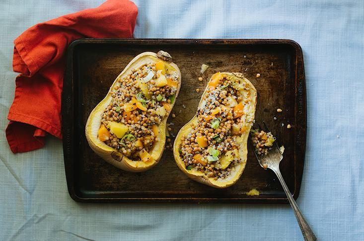 Essayez notre recette de courge farcie végétarienne, avec du quinoa, des poivrons, des lentilles, cuite au four.