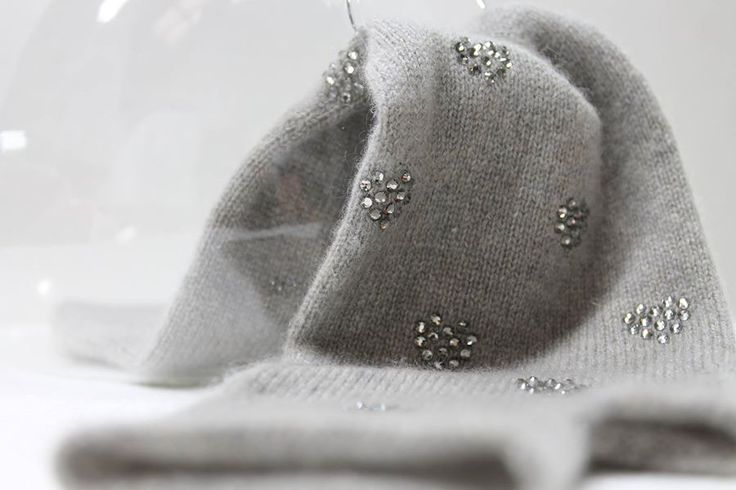 Pure cashmere fingers mittens with little hearts swarovski cristals. exclusively made in italy.