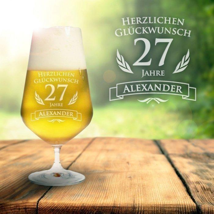 Ein personalisiertes Bierglas zum Geburtstag. Mit dem Namen und dem Alter des Geburtstagskindes. Ein schönes Geschenk für alle Männer die Bier trinken.