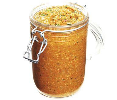 Romesco är en fenomenalt läcker röra gjord på grillad paprika och vitlök som du mixar ihop med bland annat mandel, chili och parmesan. Supergott att ha till köttet eller doppa nybakat bröd i.