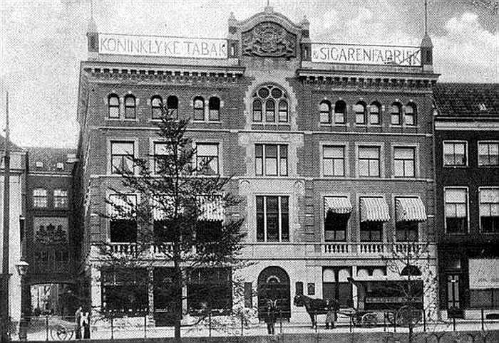 Oudegracht,De Gesloten Steen 1913: Hier zat van 1844 tot 1934 de Tabak- en Sigarenfabriek van G. Ribbius Peletier