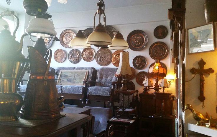 Magazin de antichități cu mobilă și decorațiuni la prețuri bune