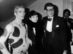 Rudolf Noureev, Zizi Jeanmaire et Yves Saint Laurent lors du lancement du parfum Kouros, Opéra-Comique, Paris, 23 février 1981., © Keystone-France/Gamma-Rapho