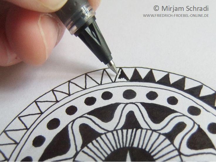 Mandala malen - so geht's! Eine Anleitung zum Mandala malen. Hier ist es ein schwarz-weiß-Mandala. Auf dem Bild siehst du, wie ein Ring mit einem Zickzackmuster ausgefüllt wird. Eignet sich gut für ein Mandala-Projekt mit Jugendlichen, in der Schule oder mit Erwachsenen. Hier geht es zur Anleitung->