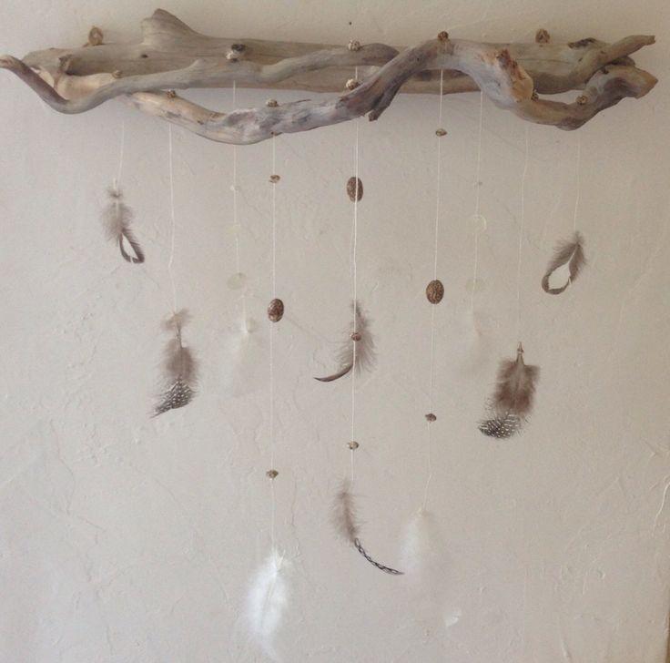 Décoration murale, mobile en bois flotté, plumes,graines,nacre, fil de lin…