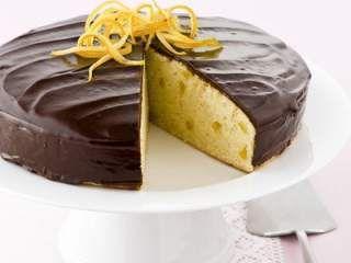 Bellissima e buonissima... la Torta al limone ricoperta180 g di burro - 2,5 dl di latte - 300 g di zucchero - 2 uova - 150 g di cioccolato bianco - 1,75 dl di panna fresca - 150 g di cioccolato al latte - 270 g di farina 00 - 1/2 bustina di lievito per dolci - 50 g di cioccolato fondente - 2 limoni non trattati