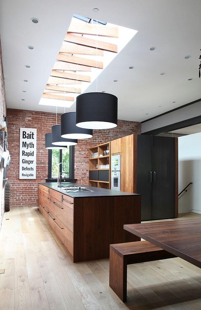 Мансардные окна с открытыми элементами стропильной системы в современной кухне в стиле лофт. .