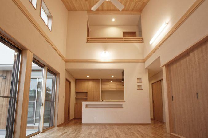 2階の廊下まで続く、大迫力の勾配天井です。|キッチン|ダイニング|壁面収納|ウッド|リビング|