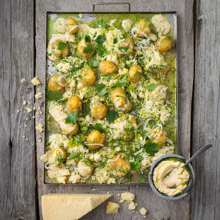 Här är ett underbart och lyxigt recept på gratinerad färskpotatis, perfekt inte minst till midsommargrillningen!