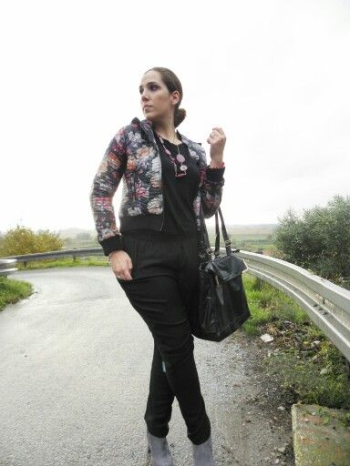 Giorni di pioggia #angieclausblog #newpost #newoutfit #fashion #fashionblogger #lifestyle #look #jumpsuit #guess #bag #segue #jacket #ultralight #floral #borsette #ankleboots #ilbancodimarilin #massarosa  http://angieclausblog.com/2014/10/18/giorni-di-pioggia/