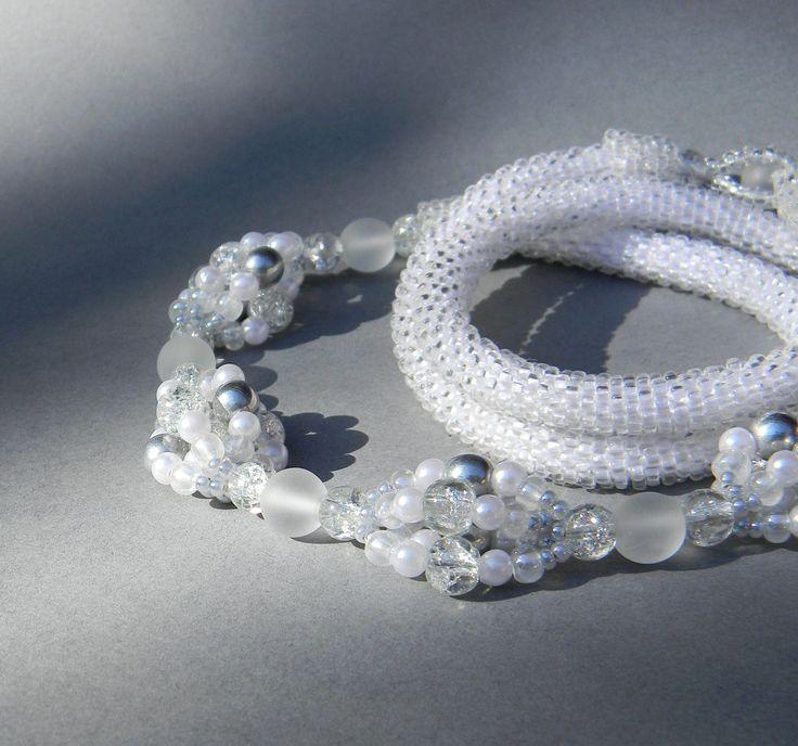 Lucie+Originální+náhrdelník+je+vyrobený+technikou+háčkování+z+českého+rokajlu+Preciosa,+skleněných+korálků+a+voskových+perel.+Vše+je+v+barvách+bílá,+šedá,+stříbrná,+krystal+a+matný+krystal.+Zapínání+je+šité,+přes+korálek.+Nejsou+zde+použity+kovové+komponenty,+náhrdelník+je+tedy+vhodný+i+pro+alergiky.+Délka+náhrdelníku+je+60+cm.+Průměr+dutinky+je+8+mm,...