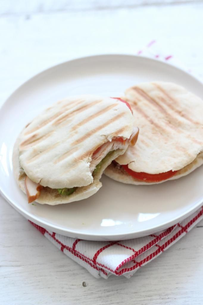 Pita sandwich met avocado, tomaat en kip (+filmpje