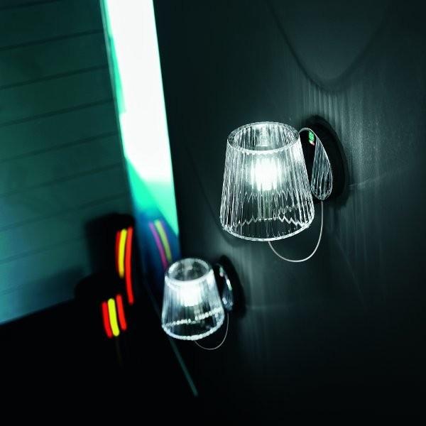Lume A1 Parete  Lampada da parete disegnata da Nicola Grandesso con montatura in metallo cromato e con vetro diffusore in cristallo soffiato trasparente. Ha una sporgenza dal muro di 18 cm.