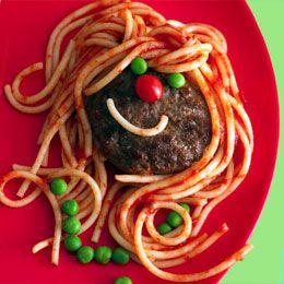Um prato que fará a delicia das crianças.. Um rosto composto por hamburger, massa, tomate e ervilhas.
