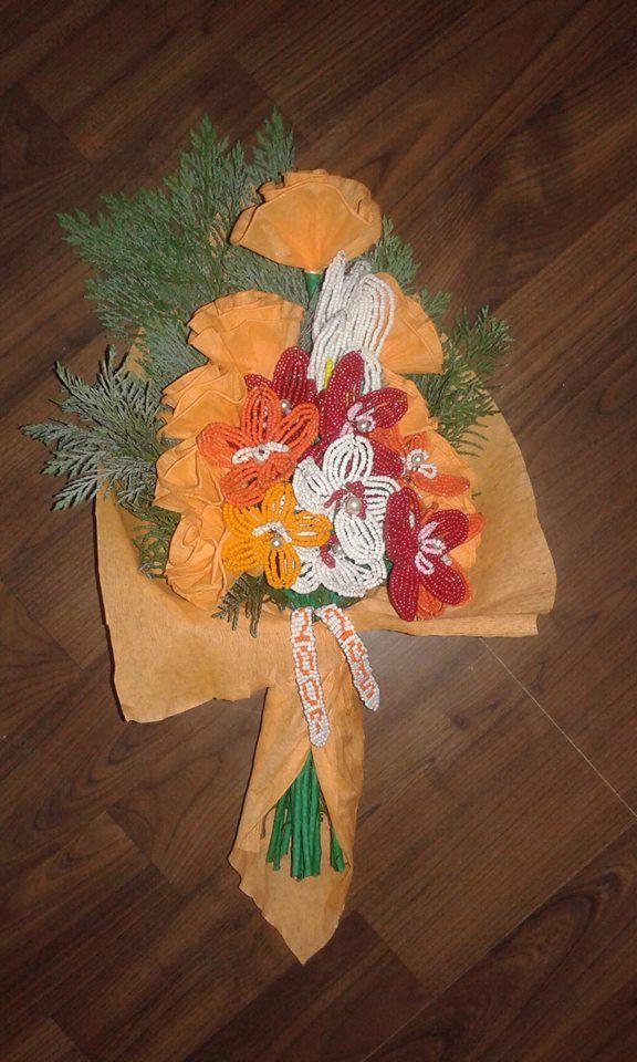 Narancssárga csokor gyöngyből készült  virágokkal kombinálva .