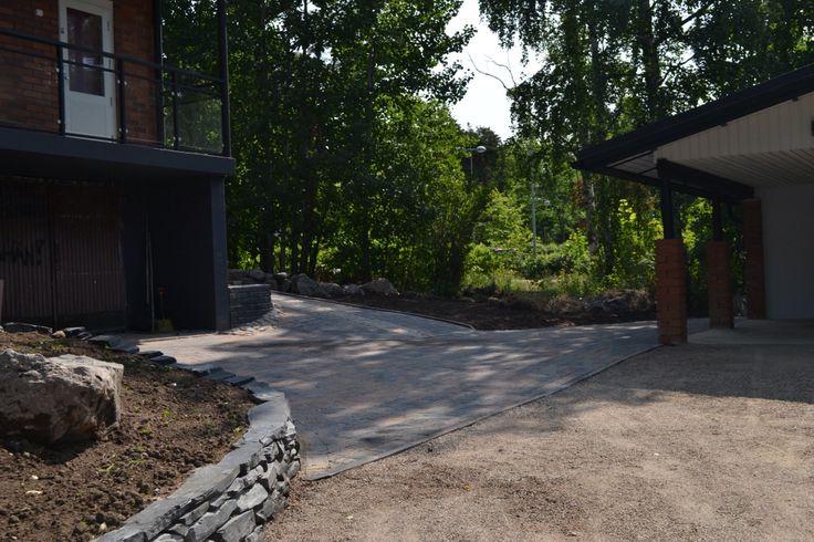Liuskelohkarekiveä ja betonikiveä sulassa sovussa