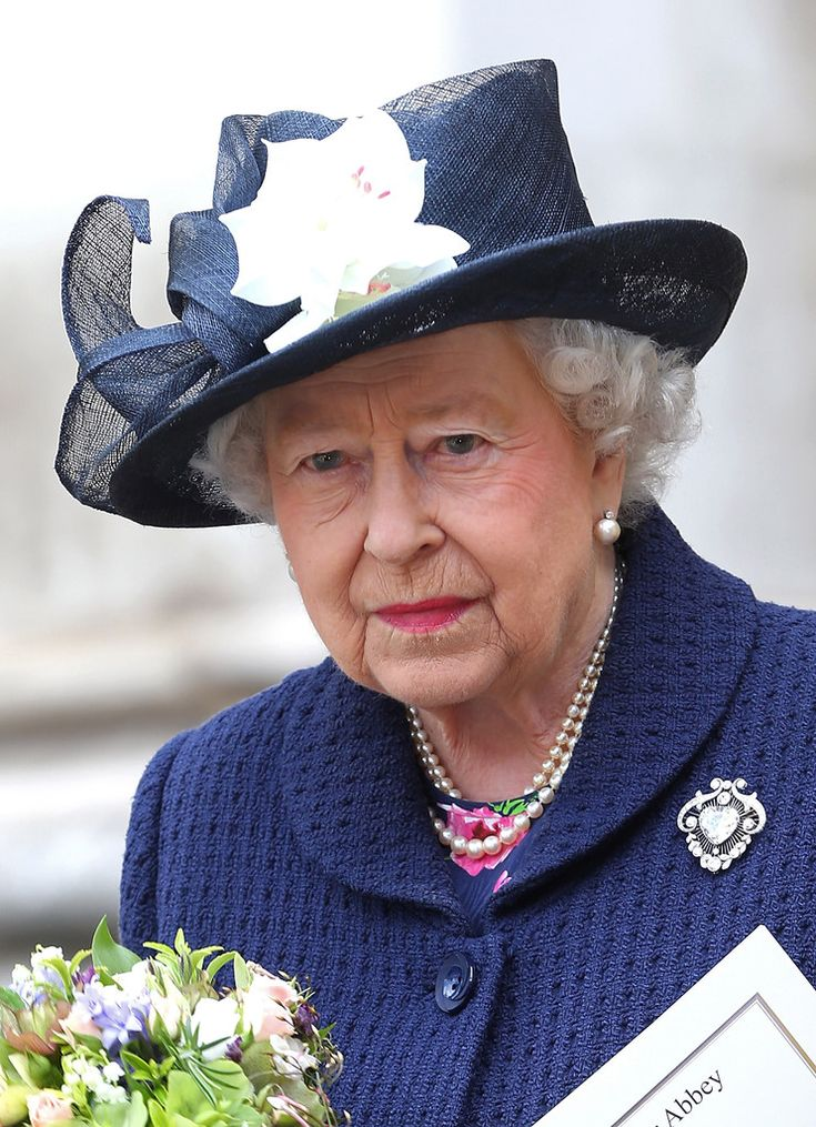 """Diamond brooch.  MAKE AN OVERVIEW OF HATS OF QUEEN ELIZABETH II OF ENGLAND """"2016 TO 2007"""" - PRINCESS MONARCHY"""