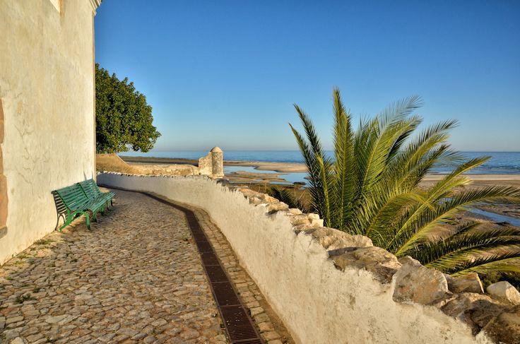 """Les 7 plus beaux villages de l'Algarve   par Détours du monde pour Guide Evasion   4/05/2016 """"L'Algarve n'a pas que des plages de sable fin à offrir, loin de là ! Il faut s'enfoncer un peu dans l'arrière-pays pour sentir battre le cœur de la région. Voici les sept villages à visiter absolument."""" #Portugal Photo:Cacela Velha"""