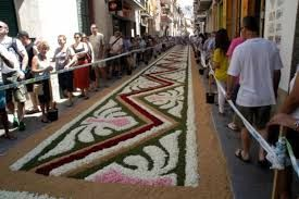 Preparando las calles para el Corpus Cristi ......la procesión irá avanzando por las alfombras de flores o de arenas.....las arenas son traídas del Teide que nos da sus colores.