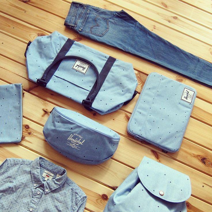 Vylaďte se do puntíku! S touhle modro-modrou kombinací se to úplně nabízí. A není to žádný výstřelek. Puntíky tu byly, jsou a budou. To je jasná věc. Taška, obal na MacBook, ledvinka, batoh, taštička Herschel Supply, košile, džíny Levi´s.