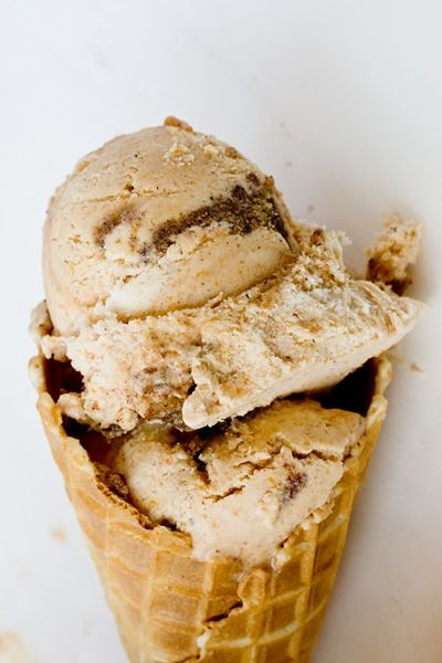 Pumpkin Cinnamon Bun Ice Cream - you don't need an ice cream maker for this! <----holy cow is it good
